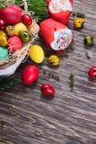 Fondo de Pascua con un bollo con una vela y los huevos Fotografía de archivo libre de regalías