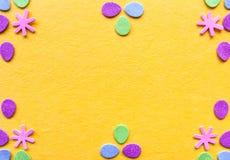 Fondo de Pascua de la primavera con el huevo de papel decorativo y formas simples de la flor imagenes de archivo