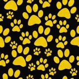Fondo de Paw Prints Tile Pattern Repeat del perro amarillo y negro Foto de archivo libre de regalías