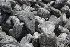 Fondo de piedras Piedra angelical Oscuro piedras rayadas blancas del greyness Foto de archivo libre de regalías