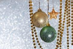 Fondo de plata de la Navidad con las bolas y la guirnalda Fotos de archivo