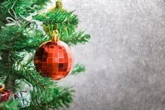 Fondo de plata de la Navidad de luces de-enfocadas con el árbol adornado Foto de archivo