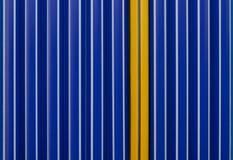 Fondo de plumas azules y de una pluma amarilla Concepto de la individualidad Imagen de archivo libre de regalías