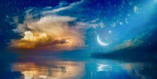 Fondo de Ramadan Kareem con el creciente, las estrellas y la nube que brilla intensamente imagenes de archivo