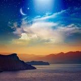 Fondo de Ramadan Kareem con el creciente, las estrellas y la nube que brilla intensamente foto de archivo