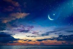 Fondo de Ramadan Kareem con el creciente y las estrellas fotos de archivo