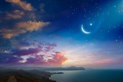 Fondo de Ramadan Kareem con el creciente y las estrellas foto de archivo libre de regalías