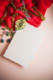 Fondo de Red&pink con los accesorios verdes Fotos de archivo