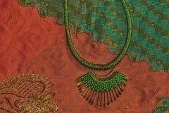 Fondo de seda de la sari del collar del verde de la joyería de la moda Foto de archivo libre de regalías