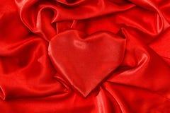 Fondo de seda rojo en forma de corazón del concepto del amor foto de archivo libre de regalías