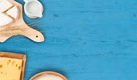 Fondo de Shavuot con los productos lácteos Fotos de archivo libres de regalías