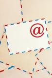 Fondo de sobres y del email del correo aéreo Imagenes de archivo