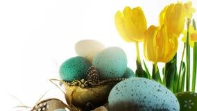 Fondo de Sunny Easter con los huevos de Pascua en la tabla blanca