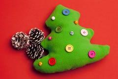 Fondo de Toy Christmas Tree On Red Fotos de archivo libres de regalías