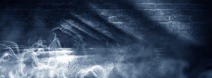 Fondo de un cuarto oscuro-negro vacío Paredes de ladrillo vacías, luces, humo, resplandor, rayos imágenes de archivo libres de regalías
