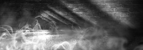 Fondo de un cuarto oscuro-negro vacío Paredes de ladrillo vacías, luces, humo, resplandor, rayos imagenes de archivo