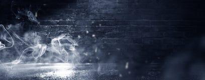 Fondo de un cuarto oscuro-negro vacío Paredes de ladrillo vacías, luces, humo, resplandor, rayos fotos de archivo libres de regalías