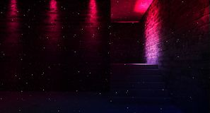 Fondo de un pasillo negro vacío con la luz de neón Fondo abstracto con las líneas y el resplandor fotos de archivo libres de regalías