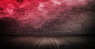 Fondo de un pasillo vacío con las paredes de ladrillo y la luz de neón Paredes de ladrillo, rayos de neón y resplandor fotos de archivo libres de regalías