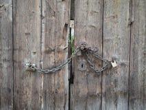 Fondo de un viejo cierre de madera marrón de la puerta para arriba Imagen de archivo