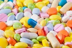 Fondo de una gran cantidad de píldoras coloridas Imágenes de archivo libres de regalías
