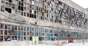 Fondo de ventanas rotas viejas Bandera rusa en la pared Foto de archivo