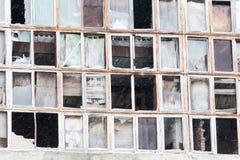 Fondo de ventanas rotas viejas Bandera rusa en la pared Fotos de archivo libres de regalías