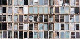 Fondo de ventanas rotas viejas Bandera rusa en la pared Imágenes de archivo libres de regalías