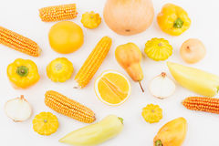 Fondo de verduras crudas amarillas y anaranjadas y de frutas frescas, aisladas imagen de archivo