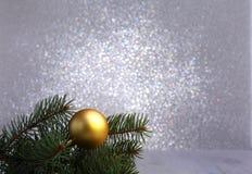 Fondo decorativo con las ramas del abeto y las bolas del oro en la plata Concepto del día de fiesta de la tarjeta de Navidad fotos de archivo