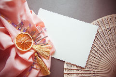 Fondo decorativo con le perle ed i drappi del metallo Immagine Stock