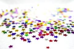 Fondo decorativo con le stelle variopinte su un fondo bianco Fotografie Stock