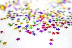 Fondo decorativo con le stelle variopinte su un fondo bianco Fotografia Stock Libera da Diritti