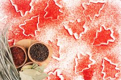 Fondo decorativo de la comida de la Navidad del polvo de la pimienta de chile rojo, condimento seco en cuencos de madera, visión  Fotografía de archivo