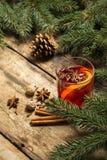 Fondo decorativo de la Navidad con el vino reflexionado sobre imagen de archivo