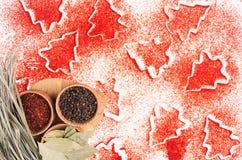 Fondo decorativo dell'alimento di Natale della polvere rossa del peperoncino, condimento a secco in ciotole di legno, vista super Fotografia Stock