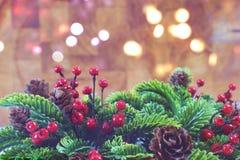 Fondo decorativo di Natale con le luci del bokeh e della corona Fotografie Stock Libere da Diritti