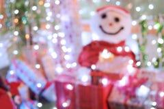 Fondo defocused abstracto de la Navidad, muñeco de nieve vestido como Sant Fotos de archivo libres de regalías