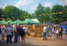 Fondo Defocused de la gente en el festival de la comida del parque, festival del verano imagen de archivo