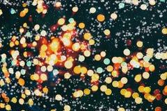 Fondo defocused de la noche del bokeh urbano abstracto de la luz en el negro azul de la falta de definición oscura del horizonte  Foto de archivo