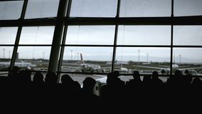 Fondo Defocused del aeropuerto, el caminar de la gente de la silueta almacen de metraje de vídeo