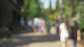 Fondo Defocused parque soleado del verano con caminar de la gente almacen de video
