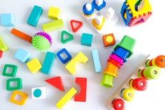 Fondo dei bambini dei giocattoli Cubi di legno con i numeri e mattoni variopinti del giocattolo su un fondo bianco struttura fatt Immagini Stock Libere da Diritti