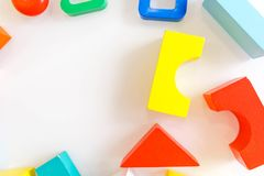 Fondo dei bambini dei giocattoli Cubi di legno con i numeri e mattoni variopinti del giocattolo su un fondo bianco struttura fatt Fotografia Stock