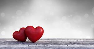Fondo dei biglietti di S. Valentino, due cuori nell'amore sulla tavola di legno Fotografia Stock