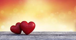 Fondo dei biglietti di S. Valentino, due cuori nell'amore sulla tavola di legno Fotografie Stock