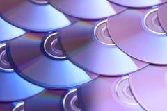 Fondo dei compact disc Parecchi Blu ray disc del dvd del CD Archiviazione di dati digitale registrabile o rewritable ottica Fotografie Stock Libere da Diritti