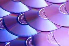 Fondo dei compact disc Parecchi Blu ray disc del dvd del CD Archiviazione di dati digitale registrabile o rewritable ottica Immagini Stock Libere da Diritti