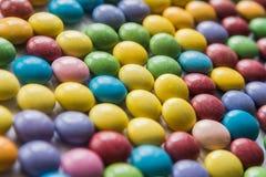 Fondo dei confetti dolci colorati DOF basso Fuoco selettivo fotografia stock libera da diritti