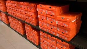 Fondo dei contenitori di scarpe impilati di Nike Immagini Stock